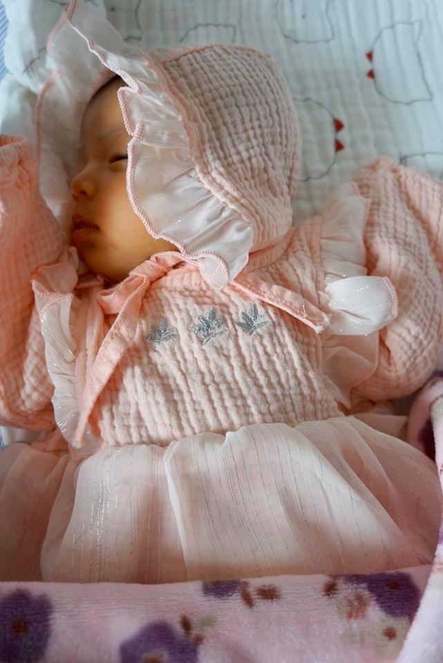 So với hình ảnh lúc tròn 1 tháng tuổi thì ở hiện tại, gương mặt của bé Nấm đã có đường nét rõ ràng