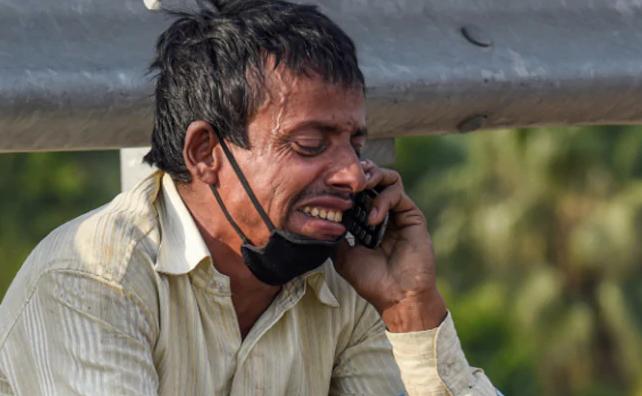 AnhRampukar Pandit ngồi bên đường bật khóc vì không có tiền về nhà.