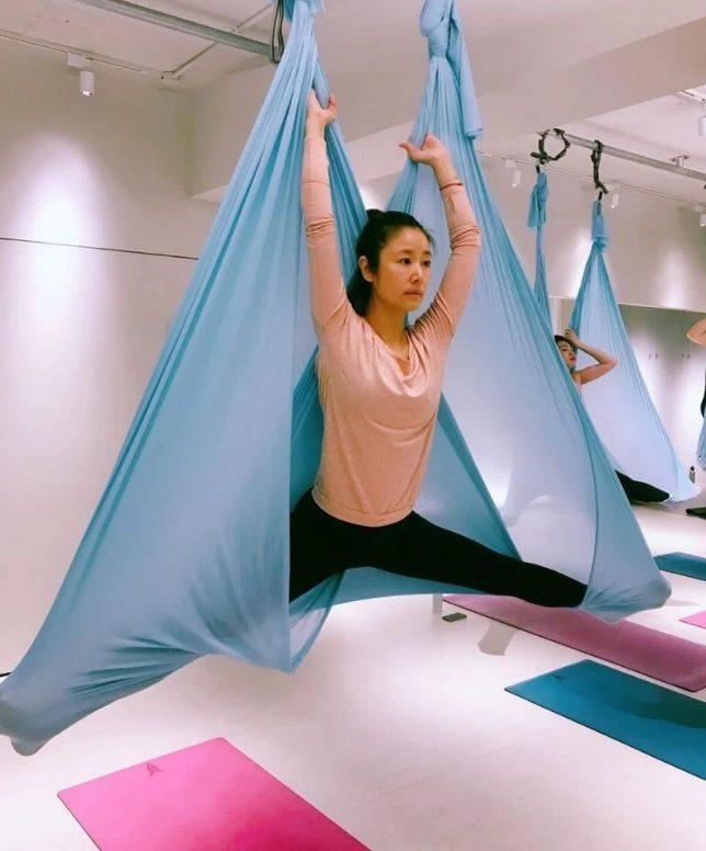 Bà xã Hoắc Kiến Hoa đã thực hiện nhiều động tác yogacó độ khó cao