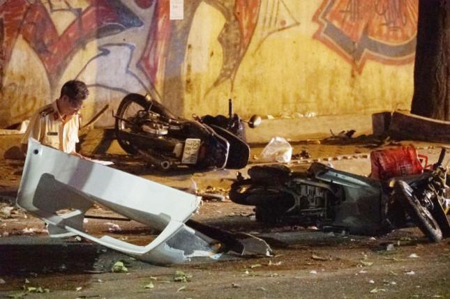 1 nạn tử vong tại chỗ, nhiều người khác bị thương nằm la liệt dưới đường. Ảnh: Vietnamnet.