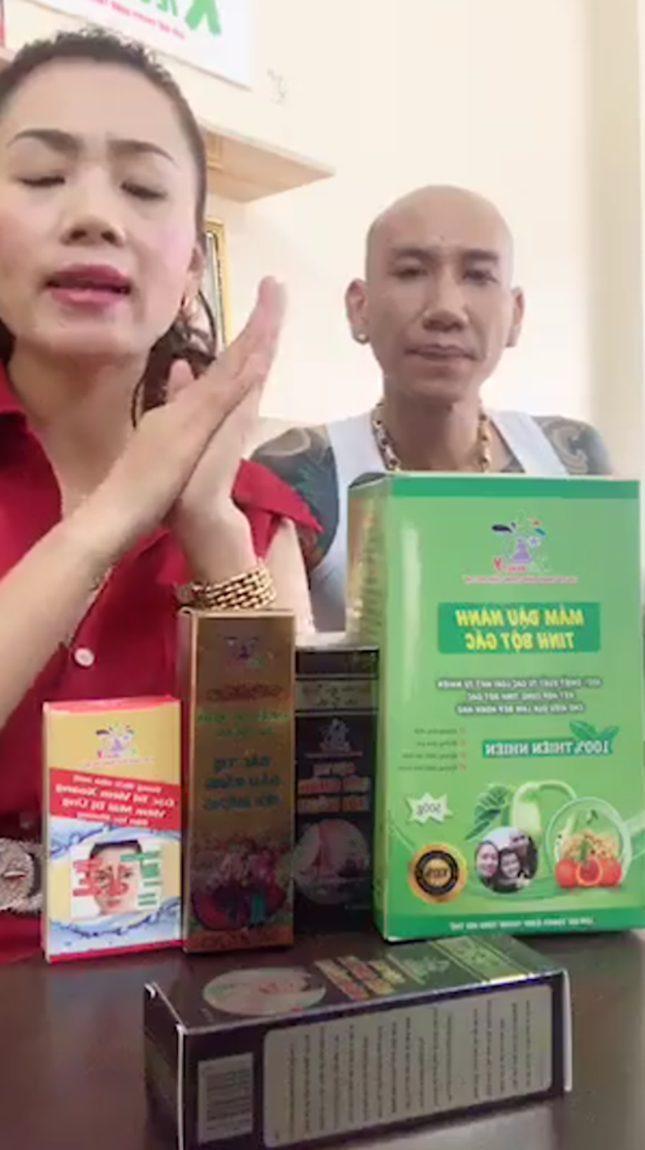 Hằng ngày, vợ chồng ca sĩ Phú Lê thường xuyên livestream trên mạng xã hội Facebook để bán hàng.