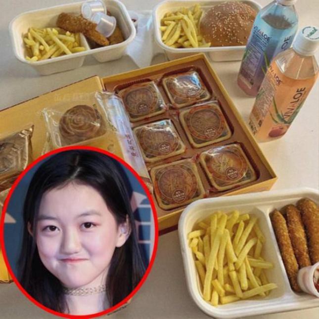 Hình ảnh ăn bánh Trung thu và khoai tây chiên được Lý Yên chia sẻ trên trang cá nhân của mình
