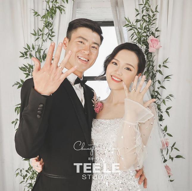 Trái ngược với Quang Hải – Nhật Lê, Duy Mạnh và Quỳnh Anh khép lại 3 năm yêu nhau bằng một đám cưới như mơ.