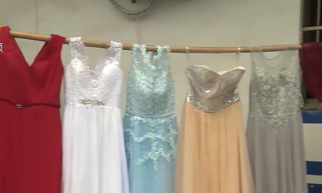 Một số mẫu váy cưới mà tên trộm lấy được. Ảnh: Pearvideo