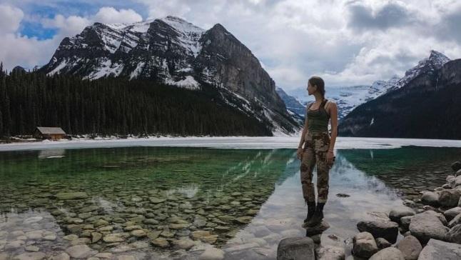 Cô gái có trải nghiệm ở hồ Louise, Công viên quốc gia Banff, Canada, dọc biên giới với Mỹ. Ảnh: Instagram