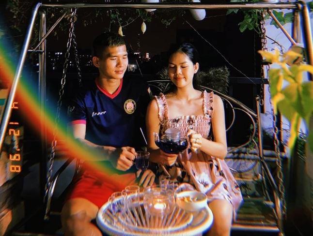 """Lê Thành Phong """"cưa đổ"""" Ngọc Trinh nhờ sự chân tình và lãng mạn. Ngọc Trinh chấp nhận lời tỏ tình của trung vệ U21 Việt Nam sau một thời gian dài làm bạn."""