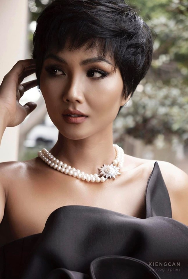 Khán giả nhớ đến Hen vì mái tóc ngắn đặc trưng, lạ lẫm giữa dàn hậu Việt thướt tha, yêu kiều…