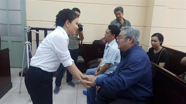 Ngọc Trinh vui vẻ, chủ động bắt tay với nghệ sĩ Khánh Hoàng.