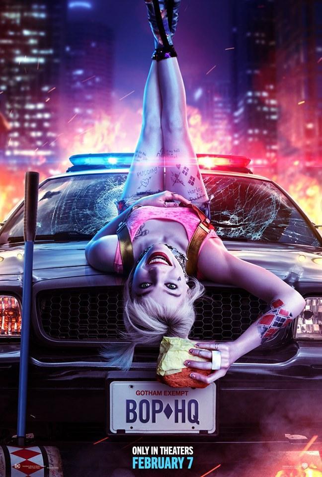 """Harley Quinn """"ngả ngớn"""" trên mui xe cảnh sát."""