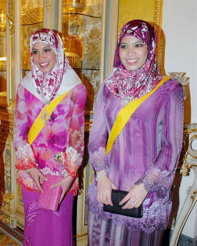 Công chúa Fadzilah (bên phải) nền nã trong trang phục truyền thống, bên cạnh là chị gáiAzemah Ni'matul Bolkiah.