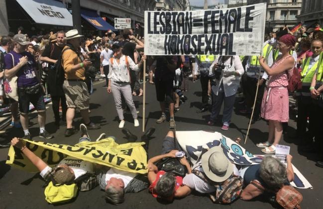 Câu chuyện hy hữu: Người đồng tính biểu tình chống người chuyển giới ảnh 1