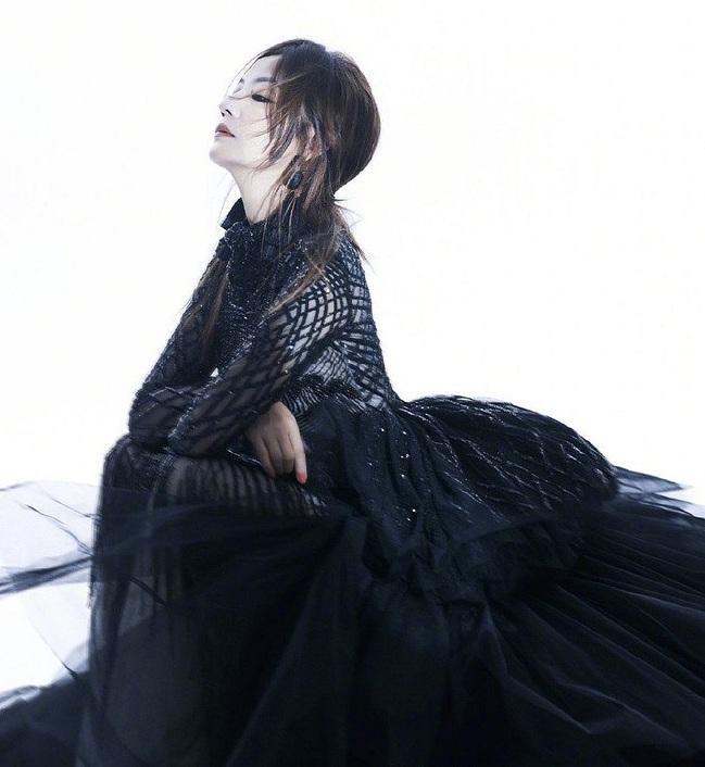 Hình ảnh nữ diễn viên Triệu Vy bí ẩn trong chiếc váy của NTK Tuyết Lê. Thiết kế này được làm bởi 18 nghệ nhân hàng đầu Việt Nam với 2.160 giờ.
