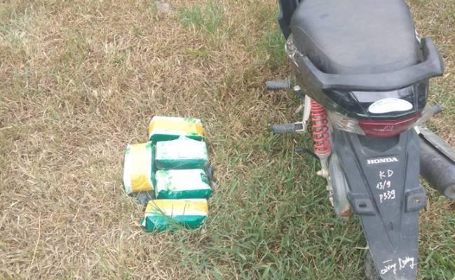 Bỏ chạy vào rừng, người đàn ông để 'quên' một xe máy và 5kg ma túy đá. Ảnh: (Một Thế Giới)