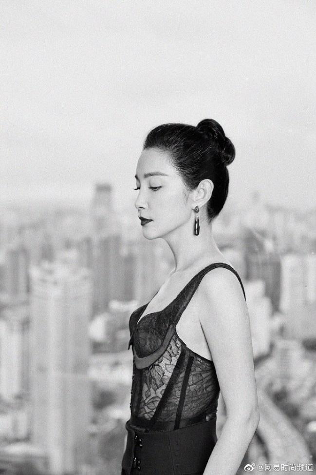 """Nữ diễn viên 46 tuổi dù có vòng một phẳng lì nhưng trong set đồ đen này trông cô vẫn """"đẹp bất chấp"""" không lời nào chê được"""