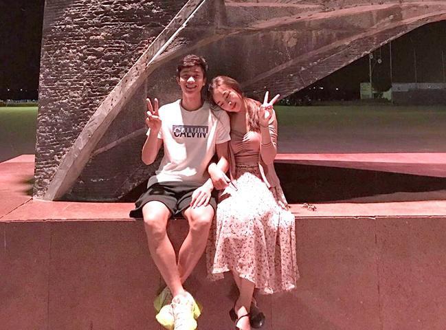 Văn Đức 'tình bể bình' với bạn gái mới Nhật Linh. (Ảnh: FBNV)