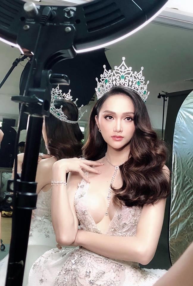 Hương Giang, một trong những Hoa hậu chuyển giới đẹp nhất, gợi cảm nhất của Vbiz. Mặc dù không công khai số đo cụ thể nhưng quan sát bằng mắt thường có thể nhận định con số không dưới 90 cm.