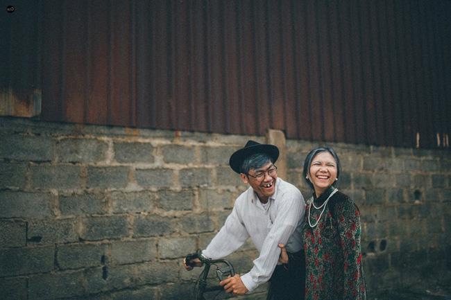 Nụ cười hạnh phúc của cặp đôi khiến người xem thấy mình vui lây.