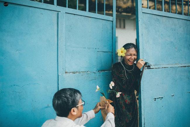 Ông mua tặng bà anh 1 đóa hoa. Và đó là món quà đầu tiên