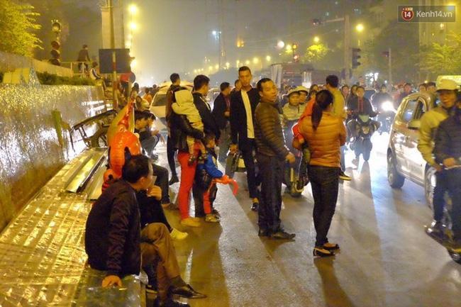 Người dân tràn ra đường đón taxi.