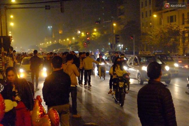 Số lượng người đứng chờ taxi vẫn nhiều vào lúc gần 1h sáng.