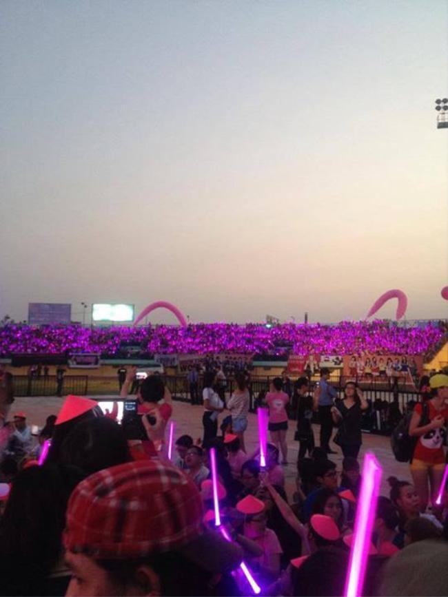 """Hãy nhìn """"biển hồng"""" mà fan Việt dành cho 9 cô gái nhà SM."""