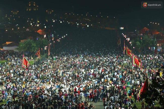Mặc sáng 6/4 mới là ngày giỗ tổ Hùng Vương nhưng từ tối 5/4, lượng khách đổ về quảng trường gần khu vực Đền Hùng (Phú Thọ) đã đông nghịt.