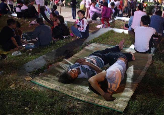 Hai người đàn ông ngủ ngon trên thảm cỏ.