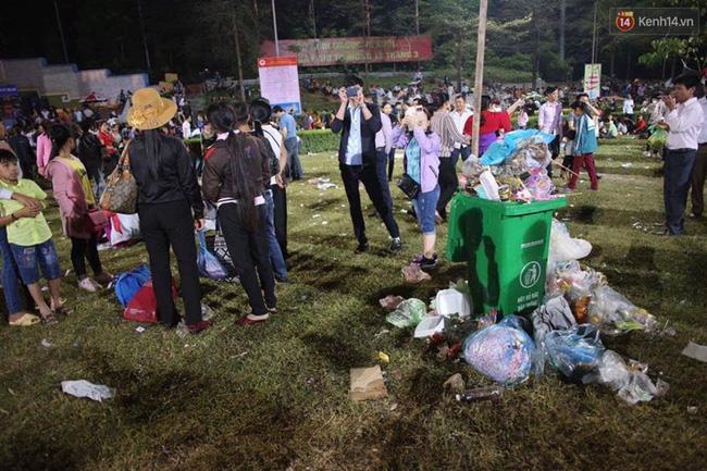 Thùng rác không đủ chỗ nên mọi người vứt rác ở ngay cạnh thùng.
