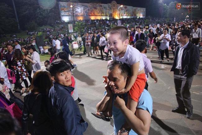 Bé trai vui sướng được bố cõng trên cổ khi đi tham quan Đền Thượng.