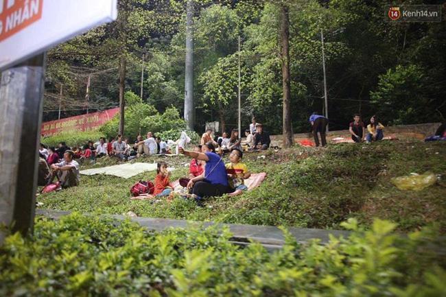 Vì lượng người quá đông nên tất cả các chỗ trống trong khuôn viên Khu di tích đều được người dân tận dụng làm nơi nghỉ chân.
