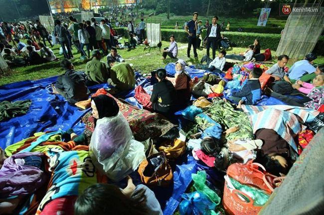 Nhiều hộ gia đình mang theo chăn, bạt, thực phẩm để ngủ qua đêm.