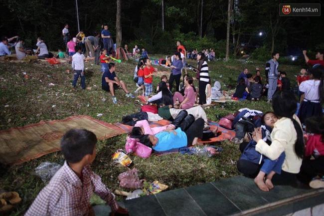 Mọi người nằm la liệt trên bãi cỏ, xung quanh rác thải vương vãi khắp nơi tạo ra hình ảnh không mấy đẹp mắt.