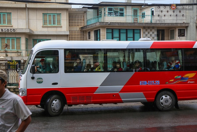 Xe khách chở 35 người đi lang thang kiếm phòng nghỉ chân.