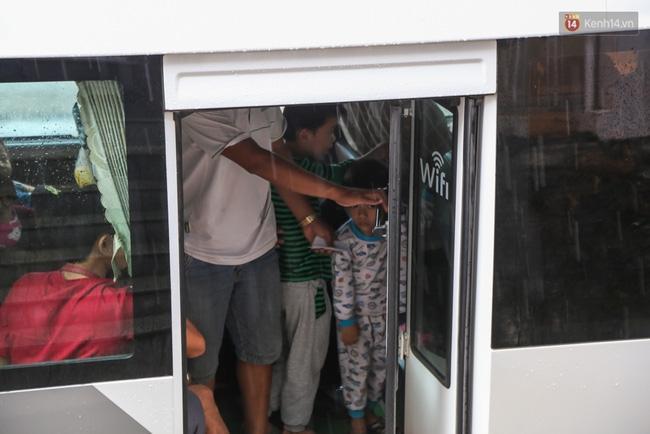 Trẻ em mệt nhoài, nhìn vào khách sạn hy vọng bác tài xế vào hỏi được phòng.
