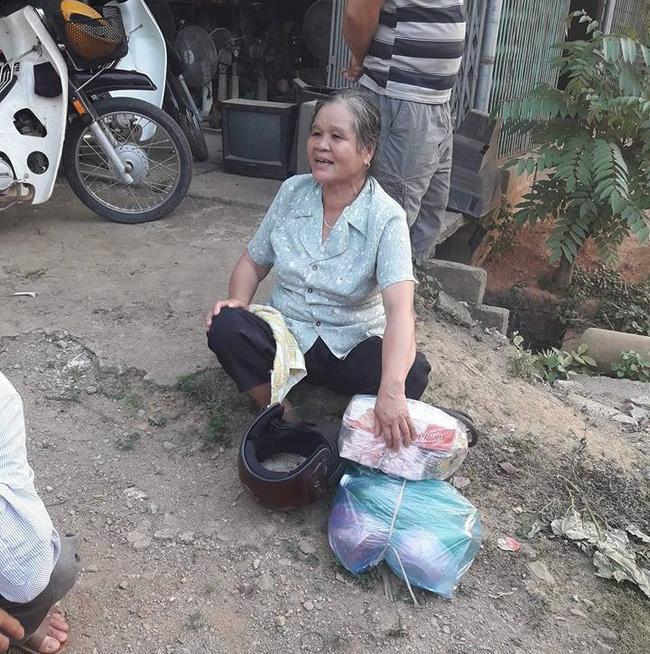 Bác gái thì ngồi đợi chồng và rất vui khi biết chồng quay lại đón mình. (Ảnh: Facebook)