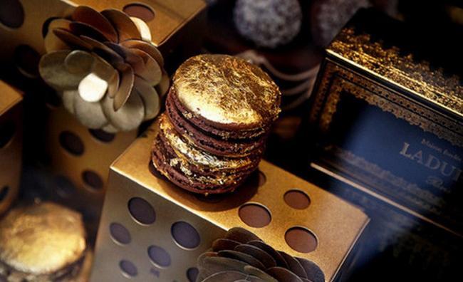 Năm 2009, một cửa hàng làm bánh ngọt ở Paris đã hợp tác với thương hiệu trời trang Marni để tạo ra những chiếc bánh ngọt có một không hai này. Không chỉ ngon miệng, món bánh này còn rất đẹp mắt và hợp thời trang với lớp vàng dát mỏng. Được biết, 1 hộp 16 cái bánh sẽ có giá là 100 USD (khoảng 2,2 triệu VNĐ).