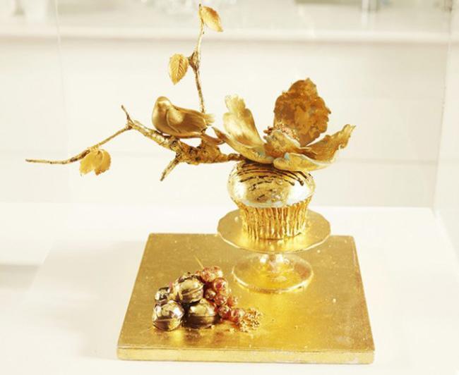 Trong tuần lễ Cupcake thế giới, một chiếc bánh Cupcake dát vàng 24 Karat cực kỳ lộng lẫy đã được giới thiệu với các quan khách. Chiếc bánh đặc biệt này được làm từ mứt đào, chocolate, phần bơ làm từ rượu Chateau Yquem,… Giá của chiếc bánh này rơi vào khoảng 1300 USD (khoảng 29,5 triệu VNĐ).