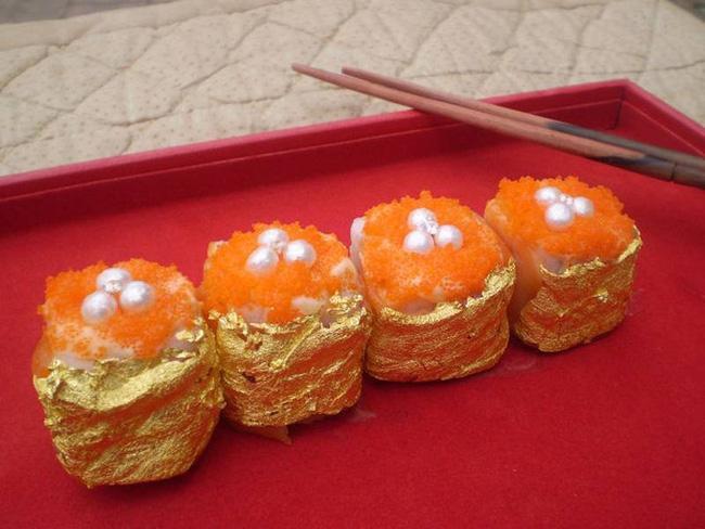 Sushi là món ăn tiêu biểu cho nền ẩm thực của Nhật Bản. Tuy nhiên, đầu bếp người Philipines Angelito Araneta Jr. mới là người đưa sushi trở thành một trong những món ăn đắt nhất thế giới. Anh đã cuốn sushi bằng lá vàng dát mỏng thay cho lá rong biển thông thường. Giá cho 4 miếng sushi phiên bản đặc biệt đó là 1800 USD (khoảng 41 triệu VNĐ).