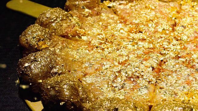 Hơn 45 triệu là một cái giá không tưởng để mua một chiếc pizza. Tuy nhiên, đó không phải là điều đáng ngạc nhiên ở nhà hàng Industry Kitchen ở New York. Chiếc bánh được tạo nên từ phô mai Stilton nổi tiếng, gan ngỗng, nấm truffles, trứng cá muối Ossetra… và dĩ nhiên không thể thiếu những lá vàng 24 Karat lấp lánh.