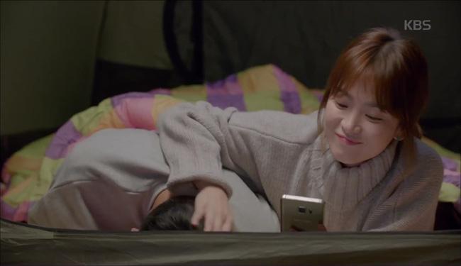 Ở tập cuối, sau khi chết đi sống lại, Shi Jin đã dành trọn thời gian để ở bên cạnh Mo Yeon. Không chỉ cùng nhau đi cắm trại mà cặp đôi này còn lên đường trở lại Uruk, nắm tay nhau đi đến bờ biển xinh đẹp mà trước kia họ từng ghé thăm, Shi Jin và Mo Yeon lộ rõ vẻ hạnh phúc khi nói về tương lai của mình. Thậm chí sau đó, bộ đôi đại úy - bác sĩ còn bất ngờ có màn khóa môi ngọt ngào. Chứng kiến cảnh hôn nhau say đắm này, khán giả vừa ngạc nhiên vừa thích thú.