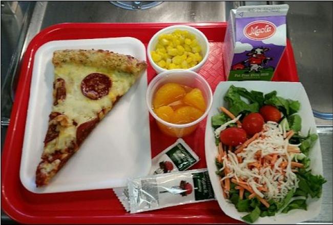 Thực đơn bao gồm: pizza, đào, ngô, gà và salad của học sinh vùng Virginia