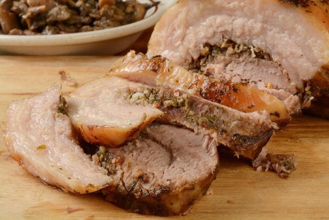 Porchetta, Ý: Thịt heo cán mỏng cuộn với lá thì là, hương thảo, tỏi và được quay trong lò cho đến ki chín giòn.