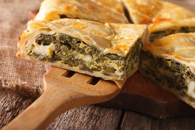Spanakopita, Hy Lạp: Một loại bánh với nhân nhồi là rau chân vịt, trứng luộc, phô mai feta và hành tây.