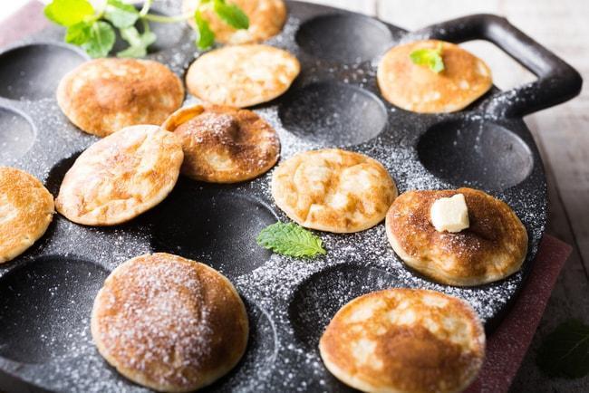 Poffertjes, Hà Lan: Những chiếc pancake nhỏ được ăn kèm với đường xay và topping ngọt.