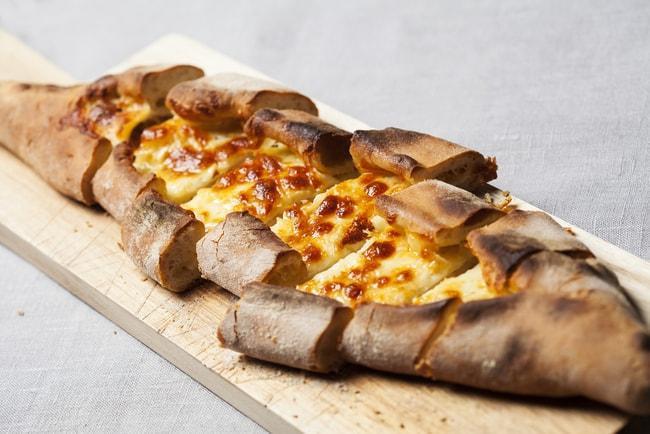 Pide, Istanbul: Bánh mì dẹp được nhào thành hình xuồng và rải nhiều loại nhân trên mặt, thông thường là phô mai và trứng.