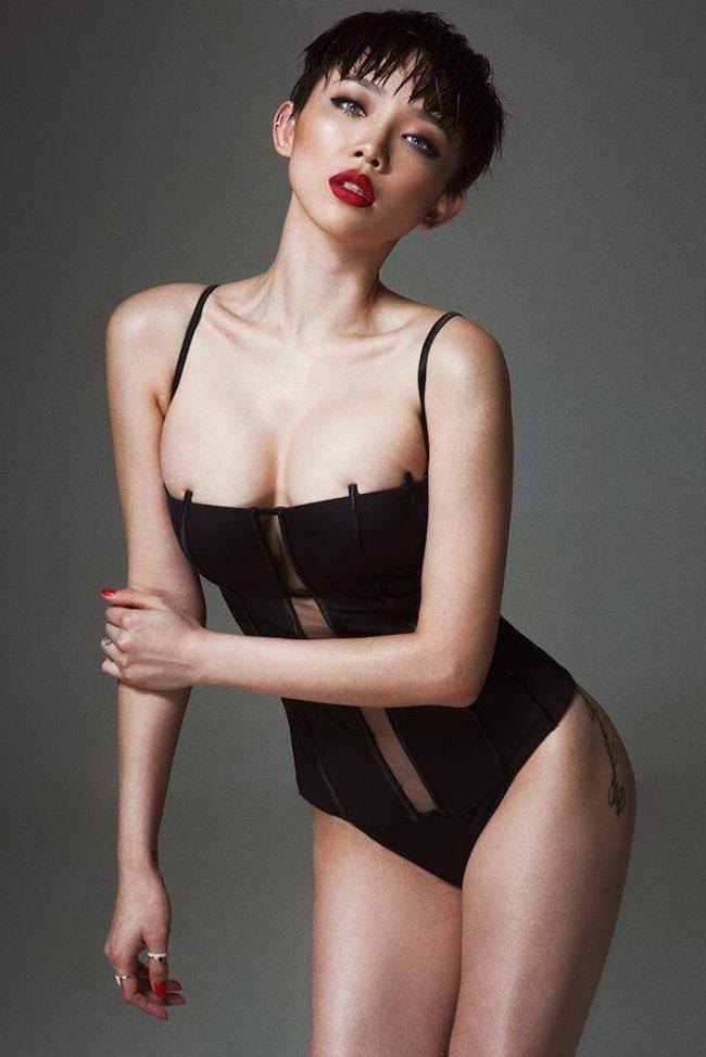 Là một trong những nữ ca sĩ có hình thể nóng bỏng nhất showbiz, Tóc Tiên lực chọn theo đuổi phong cách gợi cảm khi trình diễn những bản nhạc dance sôi động.