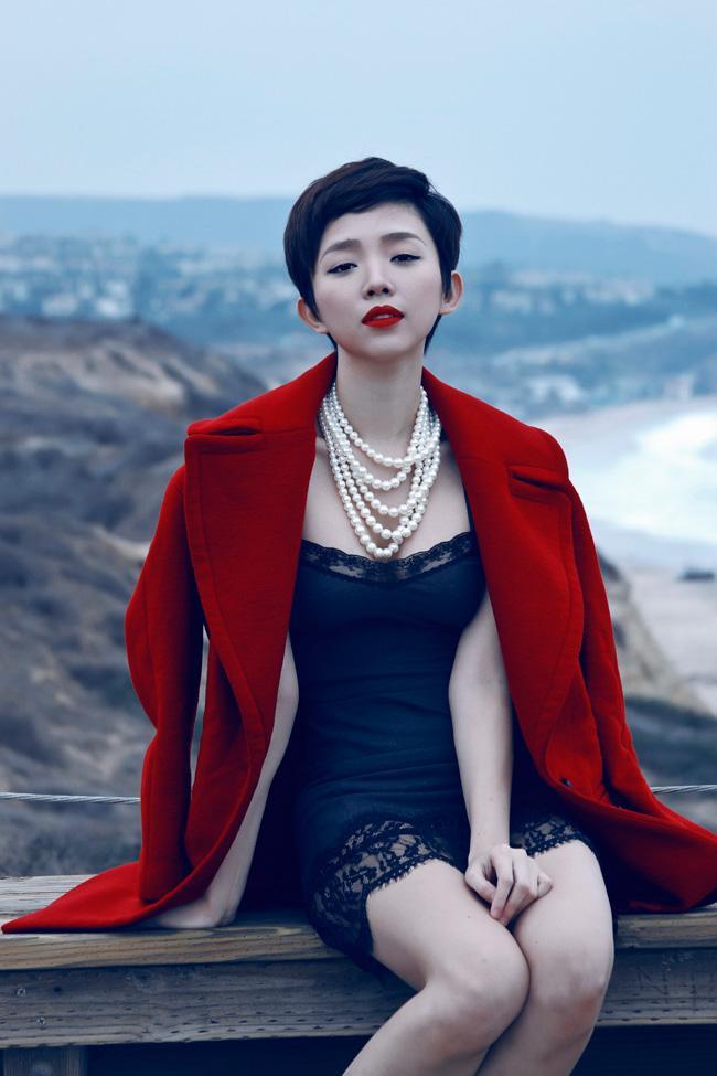 Ngay cả trang phục đời thường, Tóc Tiên cũng rất yêu thích những bộ cánh sexy, khoe đường cong. Đơn cử như bộ cánh trễ nải gồm váy ngủ ren và măng tô này.
