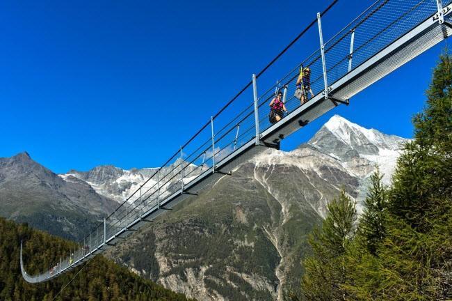 Những cây cầu cheo leo khiến du khách thót tim, vừa đi vừa run nhưng vẫn muốn thử một lần trong lần ảnh 1
