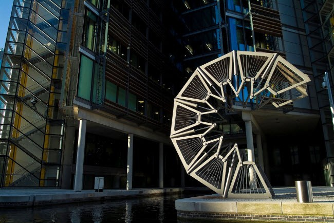 Thiết kế Cầu Cuốn của Heatherwick Studio, hoàn thành vào năm 2004, được đặt dọc theo bờ kênh chính của khu vực Padding Basin, London (Anh).