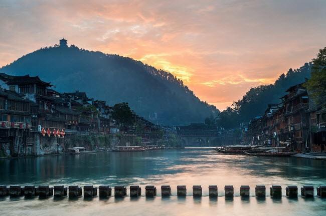 Một cây cầu cổ bằng đá bắc qua Đà Giang ở Phượng Hoàng cổ trấn, Trung Quốc.